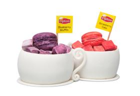 Фото: Десерты со вкусами чаёв «Lipton Black Tea Blueberry Muffin» и «Lipton Green Tea Strawberry Cake».