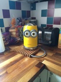 Фото: Поместите «миньоновые очки» на новый чайник и вуаля!