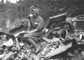 Фото: Женщина пьет чай после одного из налетов «Лондонского блица».