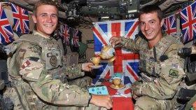 Фото: Английские солдаты пьют чай внутри танка.